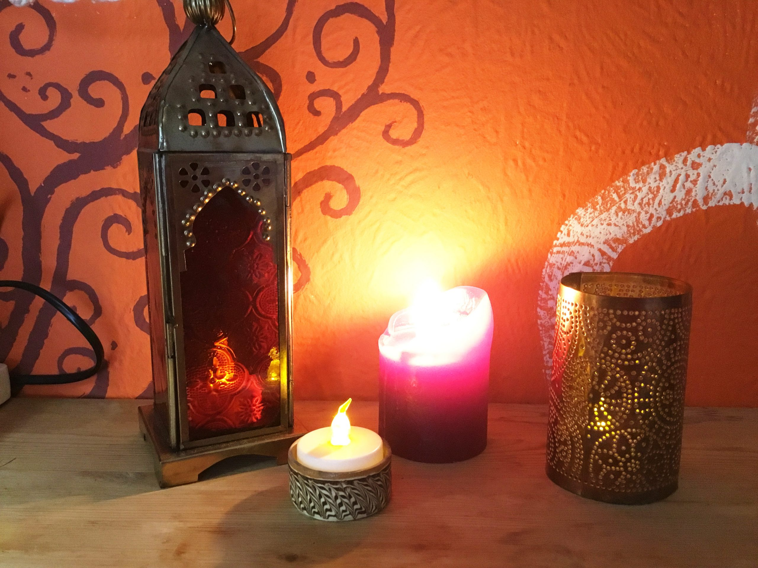 Richtig! Die richtige Beleuchtung – zum Beispiel mit Kerzenschein – verbreitet eine warme Stimmung. 🕯